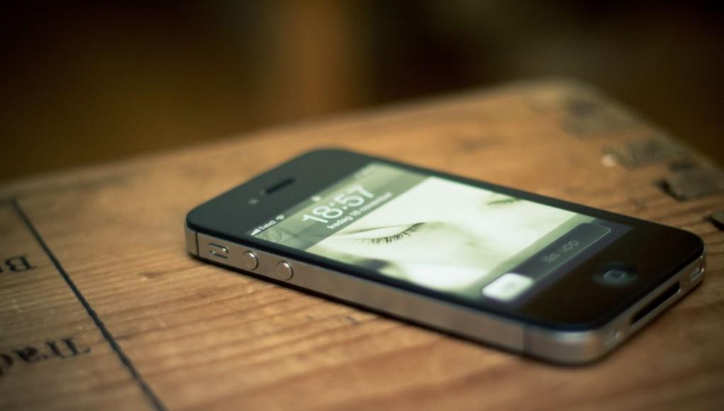 iPhone-wood-table-eyes-1021x580