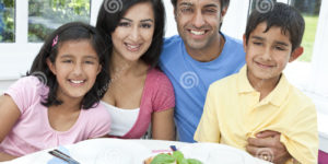 asian-indian-parents-children-family-eating-meal-22113028